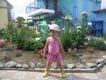 клумба и фонтан - любимое место хозяев и мелких вредителей :)